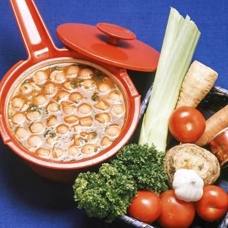 Museokeskus Vapriikki tarjoaa ruokamatkan 70-luvulle aikansa resptien ja valokuvien kautta. Kuvassa italialainen tomaattikeitto, jossa pääroolin vievät nakit.