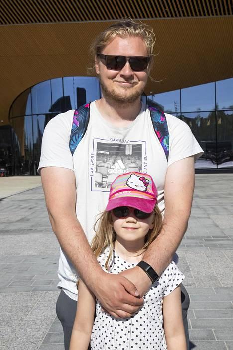 Isä Jouni Seppänen, 32, ja tytär Aada-Liina Seppänen, 6, ovat syöneet Eskimo-jäätelöä kotona ja mummolassa.