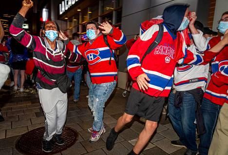 Vaikka halliin ei pääse kuin pieni määrä ihmisiä, fanit parveilivat taas sen ulkopuolella kiekkohullussa Montrealissa.
