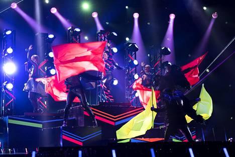 UMK:ssa nähdyn Monstersin teemana olivat neonvärit. Uudessa esityksessä samanlaista väriloistoa ei nähty, eikä lavalla nähty myöskään liehuvia lippuja.