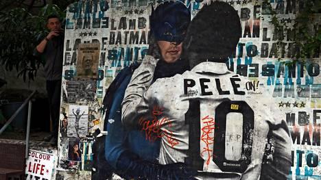 Elossa olevan Pelén kunniaksi maalattu katutaideteos Sao Paulossa, Brasiliassa.