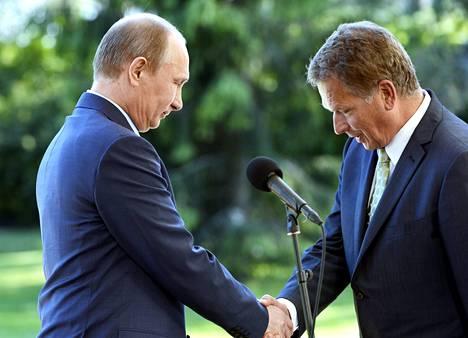 Näin Vladimir Putin ja Sauli Niinistö kättelivät vuonna 2013. Tasavallan presidentin kanslia ei ole raportoinut, että Niinistön käsi olisi murtunut tapaamisessa.