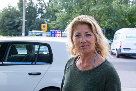 Pippi Lamminheimo, 50, oli yllättynyt, että polttoaineen hinnat nousevat taas. Hän ihmettelee, miten paljon veroa voidaan vielä Suomessa nostaa.