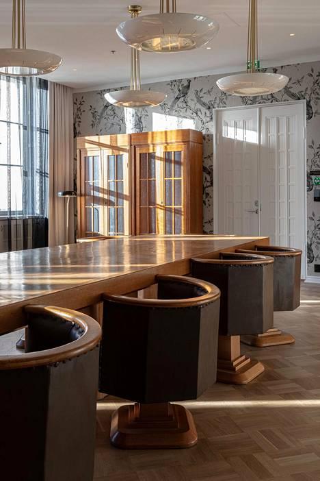 Eliel Saarisen suunnittelema pöytä- ja tuoliryhmä tulee käyttöön hotellin neuvottelutiloihin.