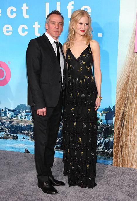 Kidman poseeraa ohjaaja Jean-Marc Valleen kanssa tv-sarjan ensiesityksessä.