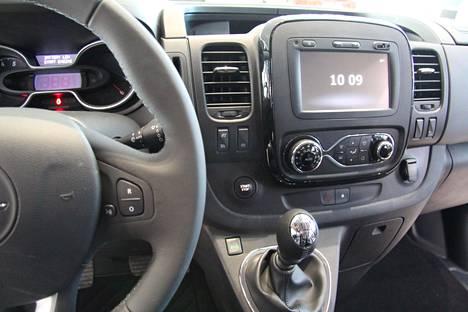 Kuljettaja on ohjaamossa kuin kotonaan.