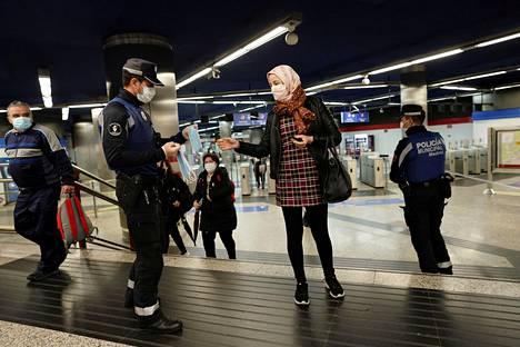 Poliisi jakoi ilmaisia kasvomaskeja metroasemalla Madridissa elokuun puolivälissä.