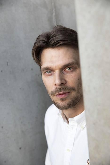 –Arvostan Aku Louhimiehestä ihmisenä ja taiteilijana. Siksi en ymmärrä hänestä ja hänen työskentelytavoistaan kerrottuja juttuja, näyttelijä Andrei Alén sanoo.
