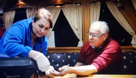 Laivalle hälytetyn ambulanssin henkilökunta tutki Jarmo Ahosen ja antoi hänelle verenpainelääkettä.