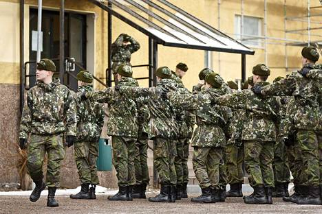 Nato-jäsenyys tuskin merkitsisi suurta poikkeamaa Suomen nykyiseen yleiseen asevelvollisuuteen.