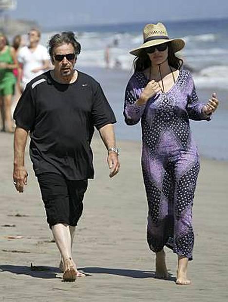 Al Pacino esitteli rantakuntoaan tuntemattoman naisen vierellä Malibussa Kaliforniassa.