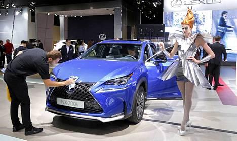 Lexus NX tulee premium-katumaasturien kasvaville markkinoille kisaamaan samoista asiakkaista BMW X3:n, Mercedes-Benz GLK:n ja Audi Q5:n kanssa. Lexus-luksus perustuu jalostettuun Toyota RAV4:een.