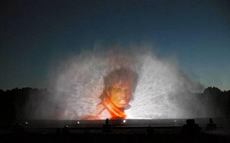 Michael Jackson muotokuva heijastettuna veteen Aquanario-esityksen kenraaliharjoituksissa Berliinissä. Aquanario pitää sisällään vesitaidetta, jonka aikana nähdään erilaisia vesikoreografioita, musiikkia sekä laser- ja pyrotekniikaa.