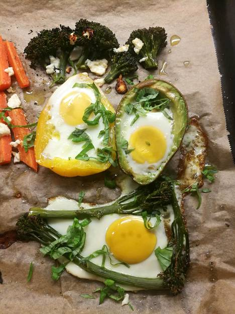 Kananmuna pysyy hyvin paikoillaan esimerkiksi paprikan ja avokadon sisällä. Broccolinin kanssa kananmuna levisi hiukan, mutta lopputuloksesta tuli silti maukas.