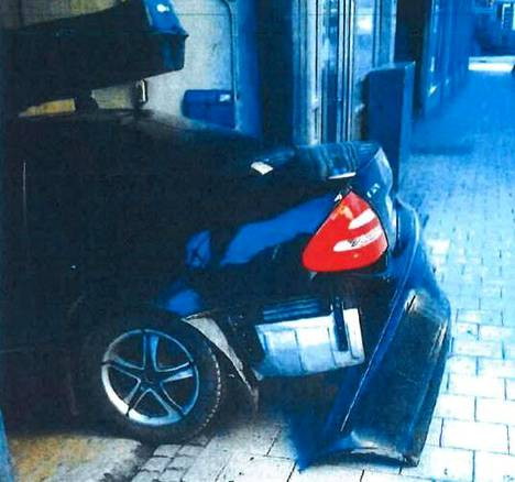 Rikkoutuneen auton maavara oli noin 120 milliä.