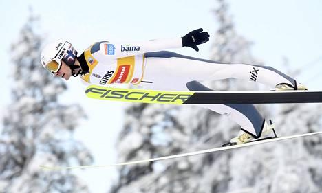 Norjan Jarl Magnus Riiber voitti kaksi kilpailua kolmesta Rukalla yhdistetyn maailmancupin avausviikonloppuna.