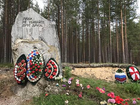 """Sandarmohissa lepää arviolta yli 7000 Stalinin vainoissa vuosina 1937-38 surmattua ihmistä. Muistokivessä lukee: """"Ihmiset, älkää tappako toisianne."""""""