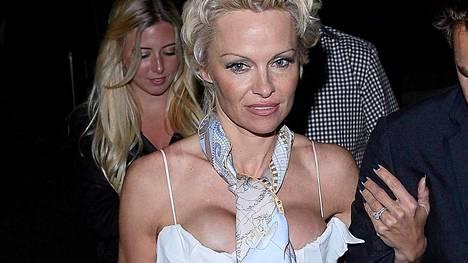Pamela Anderson kesällä Cannesin yössä.