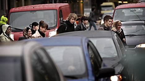 Suomalaiset jalankulkijat noudattavat kuuliaisesti sääntöjä. Toisaalta lähes puolet (47 prosenttia) kyselyyn vastanneista raportoi joutuneensa liikenteessä vaaratilanteeseen, kun toinen tiellä liikkuja on kävellyt punaista päin.