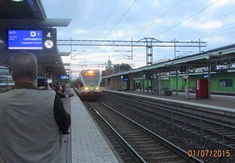 Tikkurilassa asuva Seppo Hämäläinen ikuisti Kehäradan avajaispäivän ottamalla kuvan, kun ensimmäinen I-juna saapui Tikkurilan asemalle päivämäärätietojen kanssa.