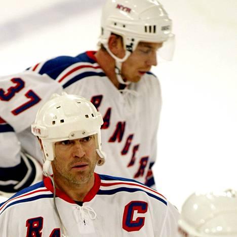Mikael Samuelssonin (takana numero 37) mukaan New York Rangersin kapteeni Mike Messier (keskellä) otti joukkueessa todella suuren roolin kaupungin historian vaikeimmilla hetkillä.