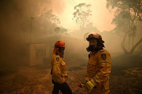 Maastopalojen sammuttamisen parissa uurastaa armeijan kokoinen määrä palomiehiä.