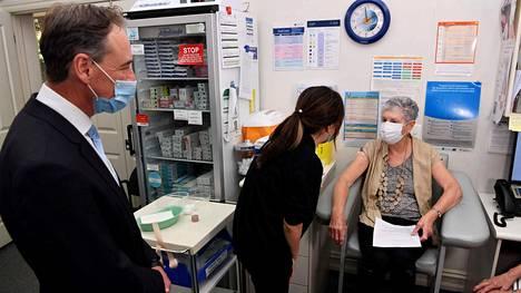 Australian terveysministeri Greg Hunt seurasi sivusta, kun sairaanhoitaja Youri Park rokotti Anne Hyslopin AstraZenecan valmisteella Melbournessa viime viikolla.