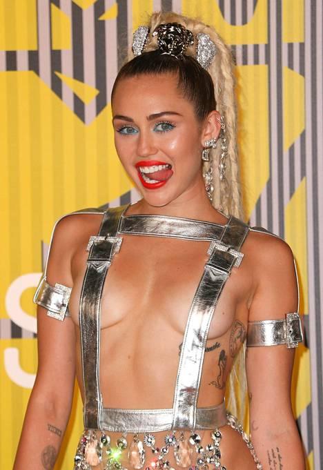 Poptähti on viime vuodet viihtynyt runsaasti otsikoissa erikoisten asujensa ansiosta. Kuvassa Cyrusin tyylinäyte vuoden 2015 MTV Video Music Awardsin punaiselta matolta.