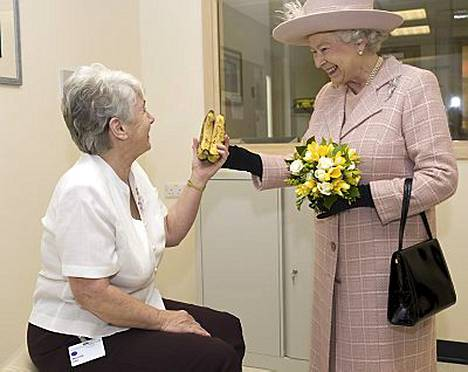 Betty Hyde antoi banaanit kuningatar Elisabetille.
