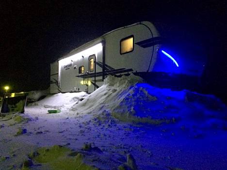 Irwinin perheen asuntovaunussa on kaksi makuuhuonetta ja kaksi kylpyhuonetta.