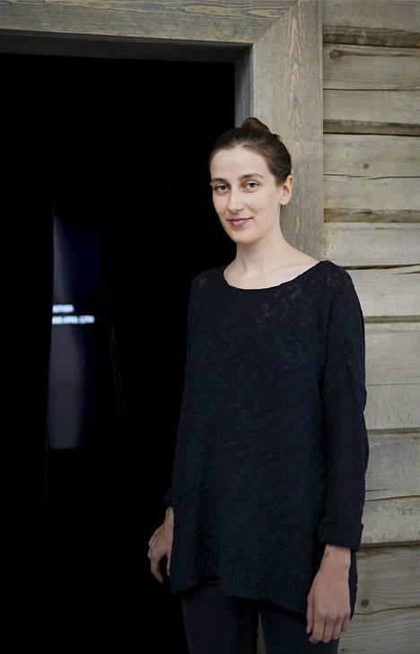 Nastja Säde Rönkkö eristäytyy taiteilijaystäviensä kanssa Lappiin kahden viikon kuluttua. Rönkkö esitteli Kiasmassa tiistaina siellä sijaitsevaa mökkiä, josta saadaan yhteys kolmikkoon.