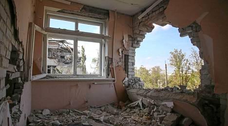 Semjonovkassa Ukrainassa taistelu jätti muun muassa valtavan reiän seinään. Asunto on asuinkelvoton.