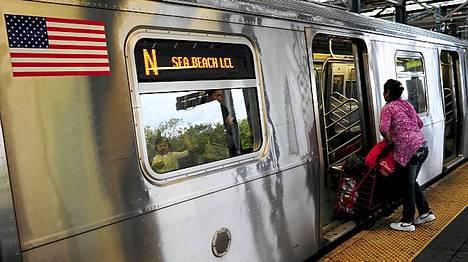 Newyorkilaisilla piti kiirettä viimeiseen metroon Coney Islandilla ennen kuin metrojärjestelmä pysäytettiin.