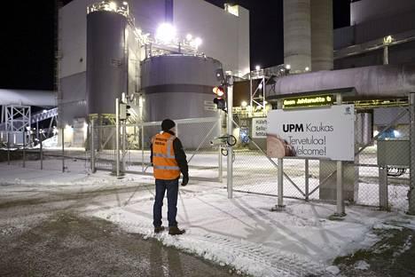 Lakkovahti UPM Kaukaan tehtaanportilla Lappeenrannassa 27. tammikuuta 2020.