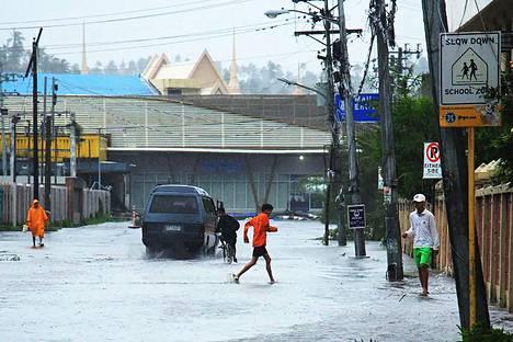 Vesi tulvi kaduille Legaspin kaupungissa Manilasta etelään.