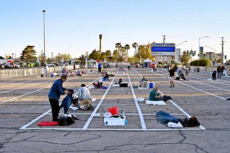 Las Vegasissa on maalattu parkkipaikoille ruudut, joissa kodittomat voivat nukkua pitäen samalla kiinni turvallisista etäisyyksistä.