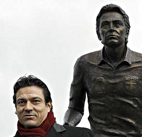 Jari Litmanen patsaansa vierellä.