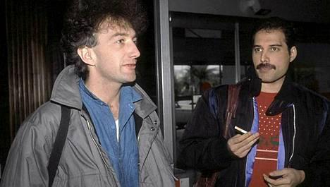 Basisti John Deaconin kanssa.