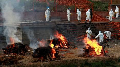 Nepalin pääministeri on pyytänyt kansainvälistä apua koronakriisin helpottamiseksi. Kuvassa tuhkataan koronaviruksen uhreja.