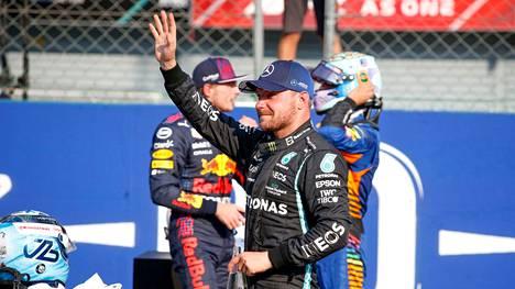 Valtteri Bottas vilkutti yleisölle noustaan kolmanneksi Italian GP:ssä.