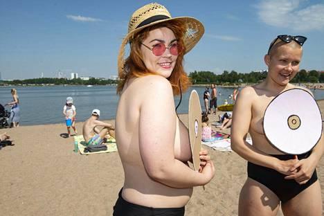 Sandra (oik) ystävänsä kanssa kesällä järjestämässä flash mobia.