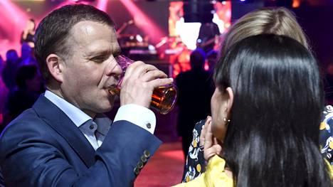 Kokoomuksen puheenjohtaja, valtiovarainministeri Petteri Orpo otti hörpyn oluesta Silja Europan yökerhossa.