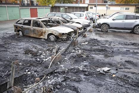 Autopalojen jälkiä Norrbackan alueella sijaitsevalla parkkipaikalla.