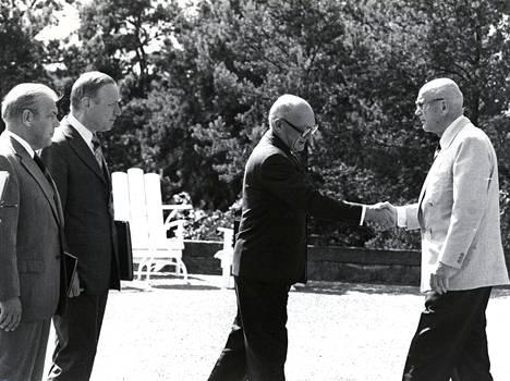 Martti Miettusen II hallitus presidentin esittelyssä vuonna 1975.