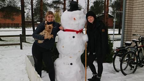 Sanni Holappa ja Aleksandra Korhonen kiirehtivät tekemään lumiukkoa jo yöllä.