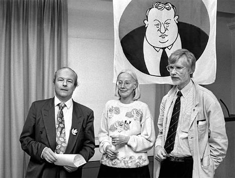 Martti Ahtisaaren vaalityöryhmän kokous Helsingin työväentalolla syyskuussa1993. Kuvassa ovat Heikki S. von Hertzen (vas.), Kati Peltola (kesk.) ja Erkki Tuomioja (oik.).