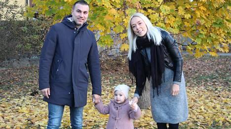 Fabion ja Elinan 2-vuotias tytär puhuu kolmea kieltä: italiaa, suomea ja englantia.