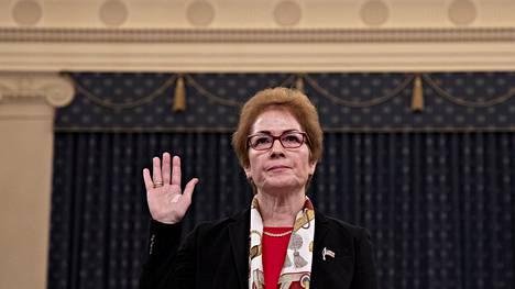 Yhdysvaltain entinen Ukrainan-suurlähettiläs Marie Yovanovitch nosti kätensä valan vannomisen merkiksi.