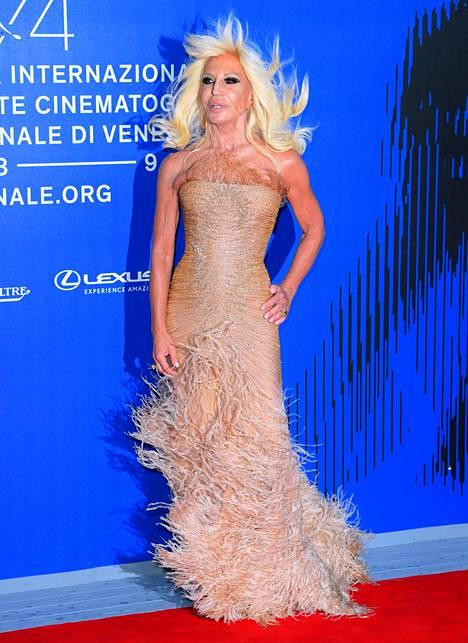 Donatella Versacen mekon hapsut näyttivät kiistatta hupaisilta leijuessaan tuulessa.