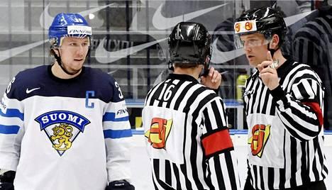 Mikael Nord (oik.) oli toinen ruotsalaistuomareista Suomi–Venäjä -ottelussa.
